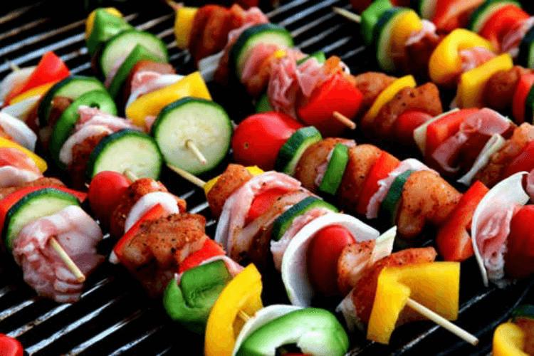 barbecue-à-gaz-amis-brochettes-grill-jardin-grillades-saucisses-viande-cuisson